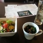 アニバーサリー - サラダとスープはセット、ドリンクのジンジャエールは¥150