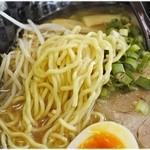 51419590 - 縮れ麺。何気ない麺ですが、スープとのバランスは非常に良いです。