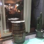 DELICIOUS-AMERICAN BISTRO- - 入口スタンディングテーブル