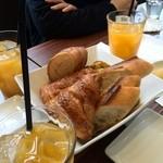 メゾン カイザー カフェ - パン、オレンジジュース