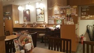 麺処 直久 大久保店 - 奥行きのある店内です。