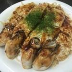 51428957 - かきそば 1,350円。あっさりとした生地自体の美味しさもさることながら、ふっくらと蒸し焼きに仕上げられた牡蠣の美味しさには驚きです!