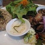 アラスカ ツヴァイ - 玄米プレート1260円 今日のおかずはから揚げ。サクサクしてて一口サイズで食べ易い。