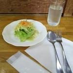 カレー風味すずき - お冷や&おしぼり&サラダ