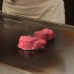 キャラバン ステーキ専門店 - 目の前で焼いてもらえるカウンター席はテンション上がる。