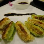 野菜と炭火肉&魚介 GOOD FARMS KITCHEN - 阿蘇農園バジル餃子と我那覇アグー餃子の2色コラボ