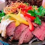 マーマレードカフェ - 黒田庄和牛のローストビーフ丼は野菜もたっぷり。ランチならドリンクも付いてお得です。