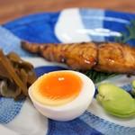 繁の家 - 鰆の照り焼き、瓢亭を彷彿するゆで卵、そら豆、茎わかめの佃煮(2016.5.26)