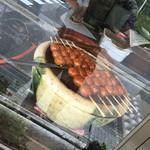 湯舟沢五平餅たこ焼 - 美味しいタレを付けてます