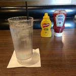 T.G.I. FRIDAYS - お水とテーブル