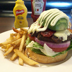 T.G.I. FRIDAYS - 「アボカド ベーコンチーズモッツアレラ」のハンバーガー(1,780円)