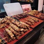 炭火焼鳥わいわい - 店頭の盛り皿から好きな串を選びましょう!