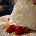 エッグスンシングス - ストロベリーホイップクリームとマカデミアナッツのパンケーキ