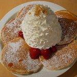 エッグスンシングス - ストロベリーホイップクリームとマカデミアナッツのパンケーキ(上から)
