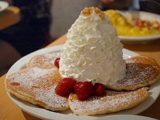 エッグスンシングス 原宿店 - ストロベリーホイップクリームとマカデミアナッツのパンケーキ