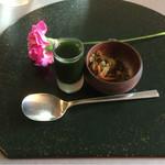 茶房 雲母 - お盆のセット。お花が添えてあります
