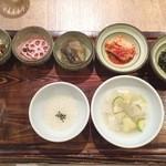 韓食 古家 - 定食には色々付いてきます
