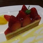 "51483196 - ""CAFE Mistral"" で頂いた ケーキセット : イチゴのタルト 800円(税別)。"