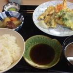 季節料理 べん作 - 天ぷら盛合せ定食880円