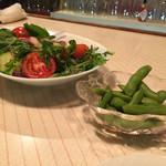 カクテルバー しろ - 自家製野菜のサラダと枝豆(チャーム)