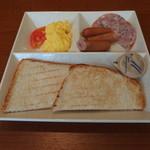 カフェ・ド・クリエ - 料理写真:よくばりモーニングプレート、ソーセージ&玉子(550円)