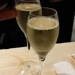イタリアン バール ラ ファミーリア - 【H28.5.26】ベッレンダ・プロセッコ・コネリアーノ・       ヴァルドッビアーデネ・ブリュット。お店のお外で乾杯です♪