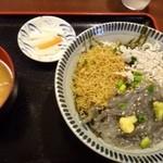新荘園 - ◆しらす三色丼(1180円)・・生しらす・揚げシラス・釜揚しらすが盛られていますが、ボリュームありますね。 他店でしらす丼を頂いた経験が少ないのでよくわかりませんが、安いのじゃないかしら。