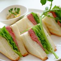 一色堂茶廊 - 国産和牛でつくったローストビーフを、ふんだんに使用した和牛ローストビーフサンド