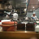 和食バル 音音 - 活気のある厨房
