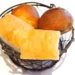 la Brianza - パスタランチ 1100円 の自家製フォカッチャ、丸パン