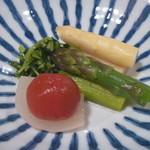 日本料理 宮本 - 季節野菜 (ホワイトアスパラ、グリーンアスパラ、豆苗)の煮浸し、新タマネギの土佐漬け、ミニトマトのシロップ煮