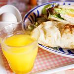 アリス - もちろんオレンジシュースとゆで卵もセットです。