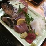魚大将 - 刺身盛りは「活アジ」「サワラ炙り」「カツオ」「ミンククジラ」「ハリイカ」の5種盛り