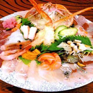 新鮮な魚介類がたっぷり盛り込まれた海鮮料理