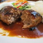 ご近所カフェ - 肉は厚めで、オーブンで時間をかけて焼き上げたものです。