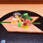51547619 - ④八寸(鯛の煮凝り・もずく・グリンピースのカステラ・バイ貝・鯛の笹寿司)