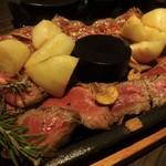 ザ・ロックアップ - 厚切り拷問ステーキ:辛みダレ、岩塩、焼肉のタレ風、3種のお味で頂く 厚切りステーキです。