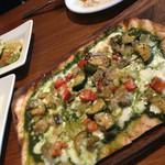 IVY PLACE - クリスピーな生地のピザとっても美味。毎回頼んでしまう。