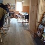 元町珈琲店 - 店内、入って右側