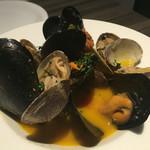 51565972 - ムール貝とアサリの白ワイン蒸し