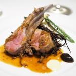 マッシュルーム - オーストラリア産子羊背肉のロースト 黒ニンニクのピュレとクミン風味の子羊のジュ