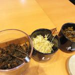 博多一幸舎 - 卓上。 博多一幸舎オリジナルの白い紅生姜の他に辛子高菜とご飯用の高菜があります。