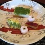 料亭 岡崎 - 豆腐の木の芽みそ田楽 左 イカ焼き 溶き卵青のり サツマイモの甘露煮
