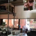 麺のようじ - 厨房や調理スペースは意外と狭いんですね!d(^_^o)
