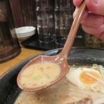 まるうまラーメン - 揚げたニンニクが良い風味