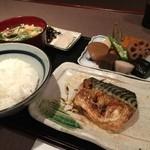 料理とお酒 ちどり - 焼き魚定食の焼き塩サバ