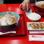 くるまやラーメン 春日部16号店 - 味噌チャーシュー(3枚入り)と餃子