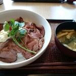 デニーズ - 料理写真:ローストビーフ丼(1166円) みそ汁付き