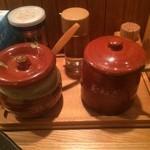 51591493 - 卓上のお酢、胡椒、玉葱、かつおぶし粉