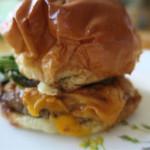 淡路島バーガー - チェダーチーズが見えます
